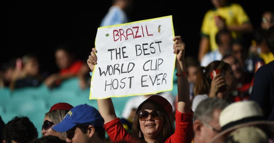 """""""Brasil, a melhor sede de Copa de todos os tempos"""", diz cartaz segurado por torcedora na Fonte Nova"""