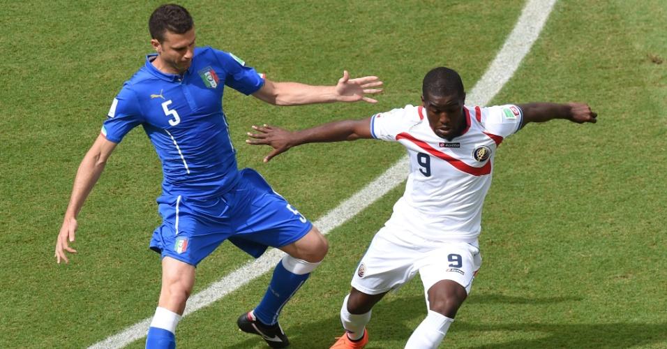 Brasileiro naturalizado italiano, Thiago Motta marca de perto o atacante Joel Campbell durante partida entre Itália e Costa Rica