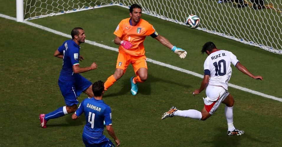 Bryan Ruiz cabeceia livre para abrir o placar para a Costa Rica