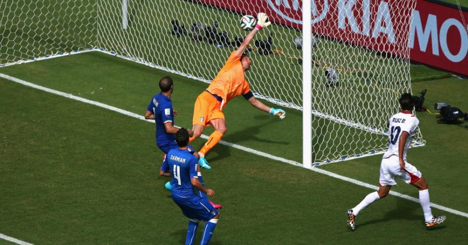 Bryan Ruiz recebeu na área, cabeceou sem chances para Buffon e abriu o placar para a Costa Rica