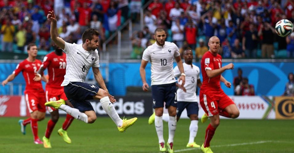 Cabaye pega rebote de pênalti, mas acerta a trave suíça mesmo estando e frente para o gol