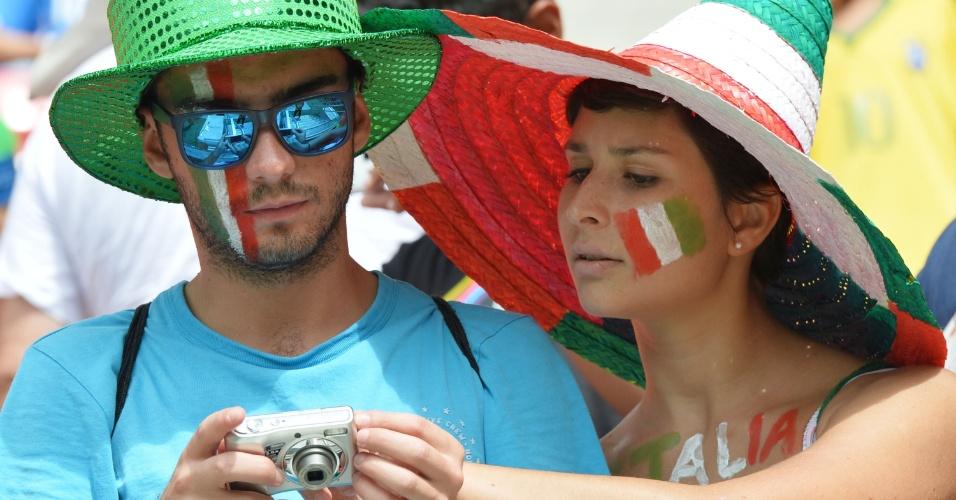 Casal de torcedores da Itália checam câmera antes do início da partida entre Itália e Costa Rica