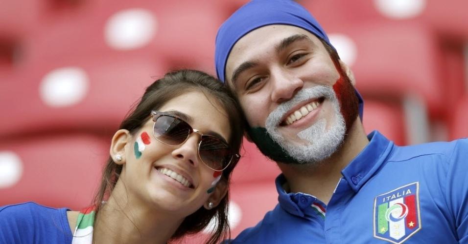 Casal de torcedores da Itália mostra animação na Arena Pernambuco para jogo contra a Costa Rica