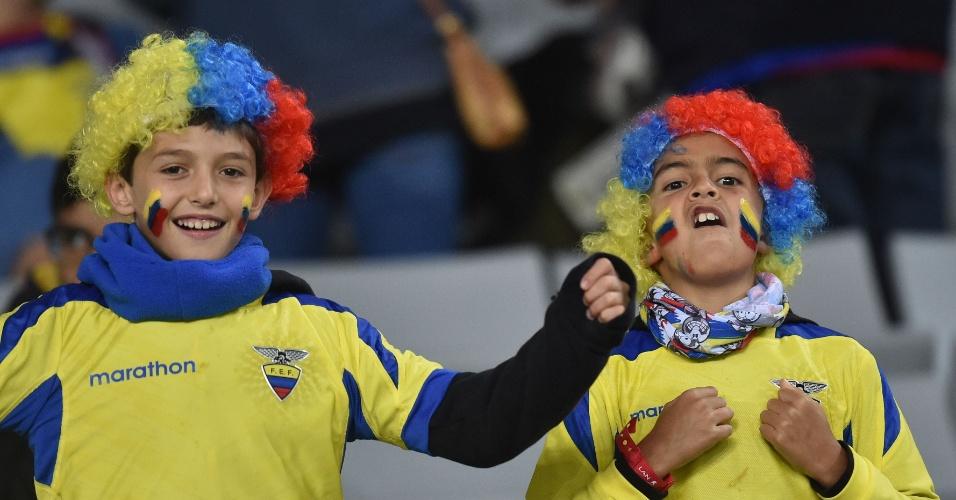Crianças torcedoras do Equador se divertem antes do apito inicial do jogo contra Honduras