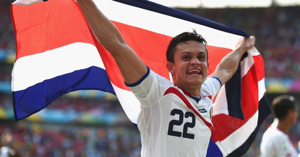 Cubero usa a bandeira da Costa Rica para comemorar a classificação da seleção para as oitavas de final da Copa do Mundo
