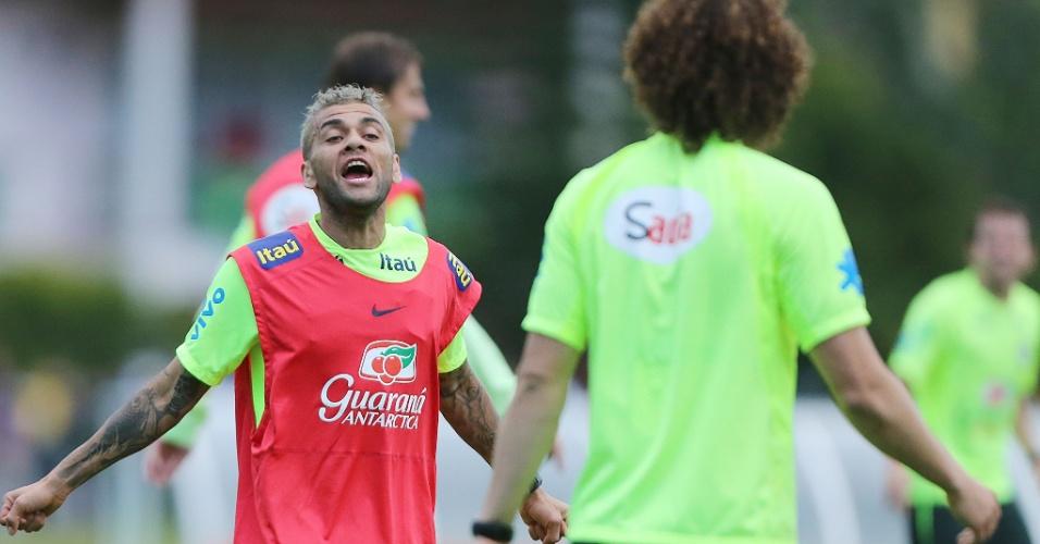 Daniel Alves conversa com David Luiz no treino da seleção, na Granja Comary