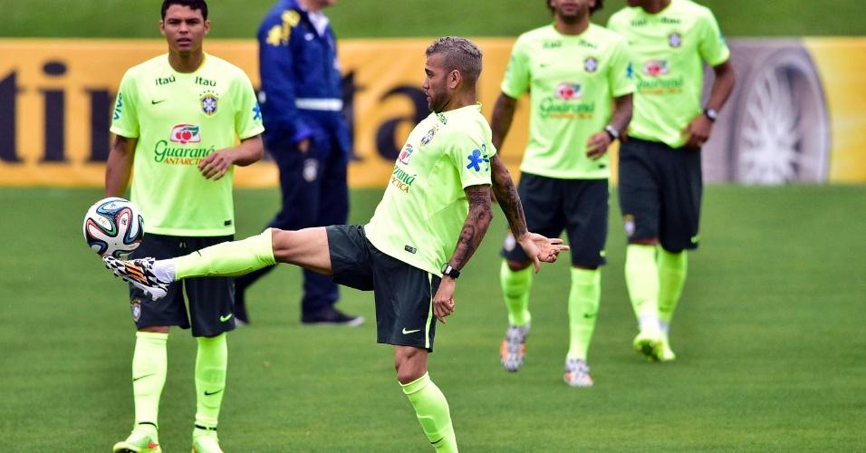 Daniel Alves domina bola durante treinamento da seleção, na Granja Comary