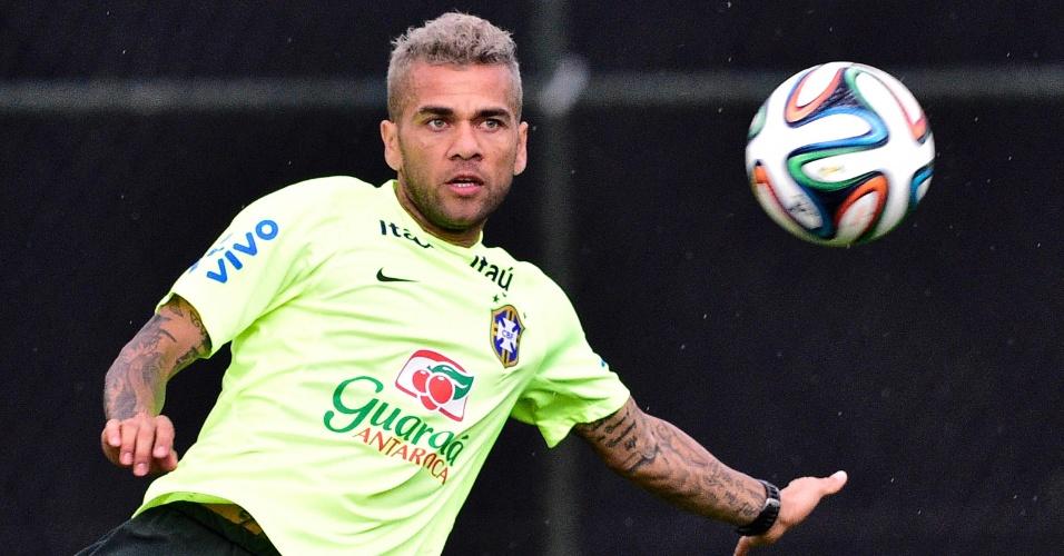 Daniel Alves se prepara para chute em treino de cruzamentos da seleção brasileira