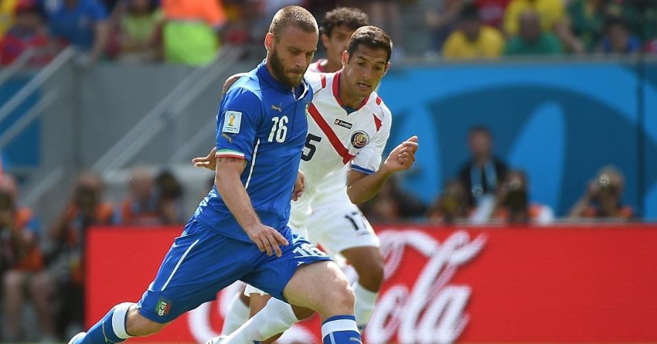 Daniele De Rossi prepara chute enquanto é observado de perto por jogador da Costa Rica