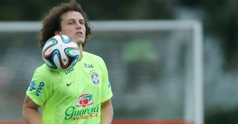 David Luiz domina bola no peito durante os trabalhos da seleção brasileira desta sexta