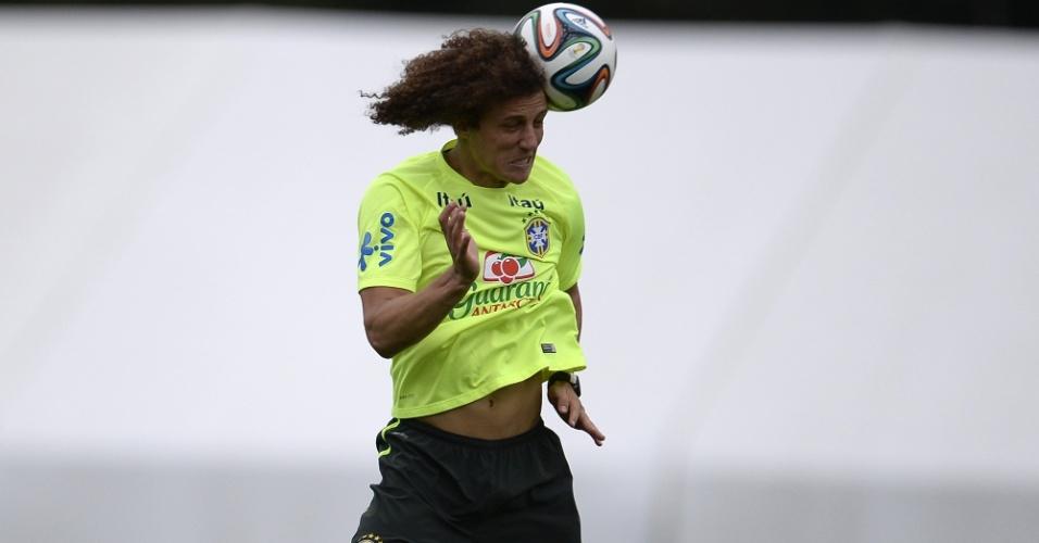 David Luiz sobe para cabecear cruzamento durante trabalho específico na Granja Comary