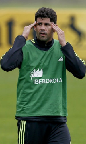 Diego Costa coloca a mão na cabeça durante treino da Espanha nesta sexta