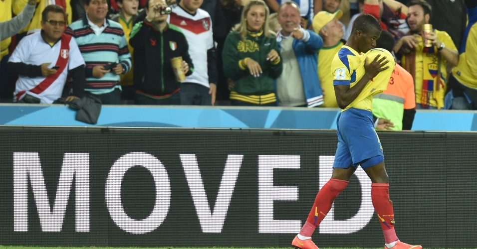 Enner Valencia beija a bola para comemorar o segundo gol da seleção do Equador