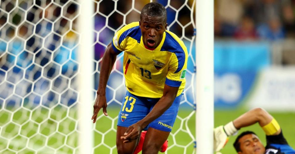 Enquanto o goleiro de Honduras Noel Valladares fica caído no gramado, Enner Valencia corre para comemorar gol de empate do Equador