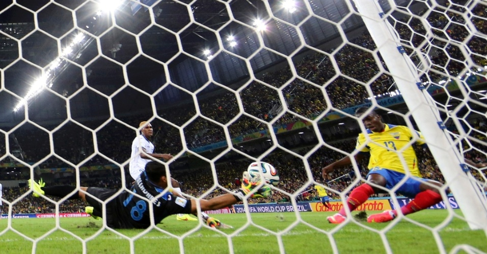Equatoriano Enner Valencia finaliza para marcar o gol de empate contra Honduras