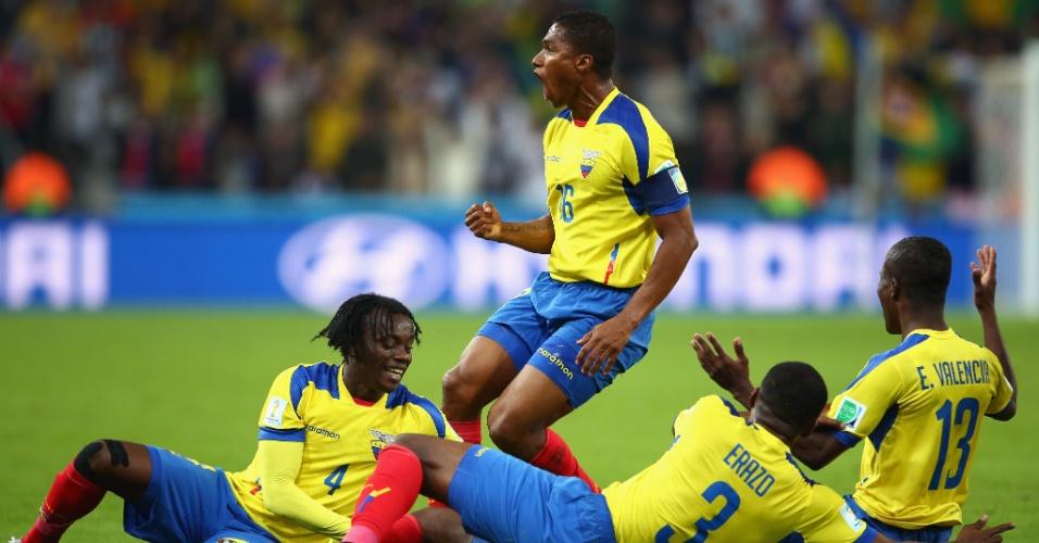 Jogadores do Equador comemoram o gol de Enner Valencia (13), o segundo da seleção sul-americana