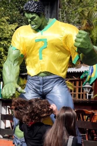Estátua do Hulk faz sucesso com os torcedores brasileiros em um restaurante próximo à Granja Comary