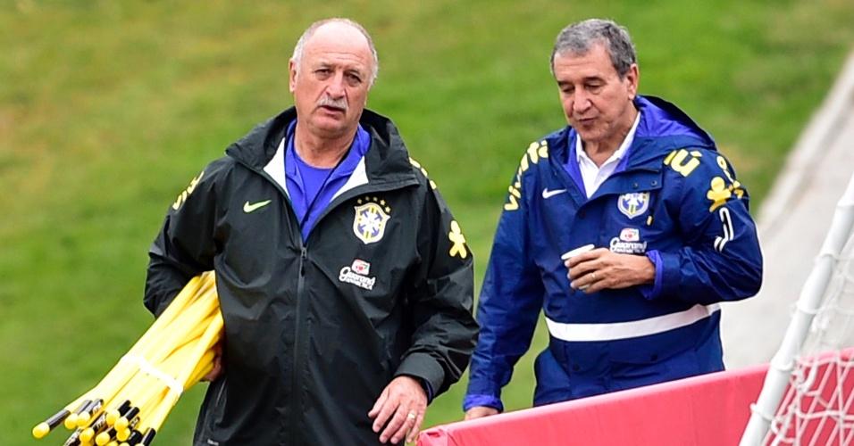Felipão e Parreira conversam durante treinamento da seleção brasileira, na GRanja Comary