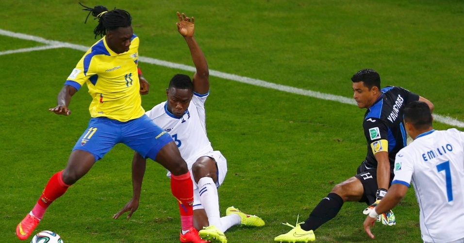 Felipe Caicedo, do Equador, tem chance para marcar de dentro da pequena área, mas desperdiça