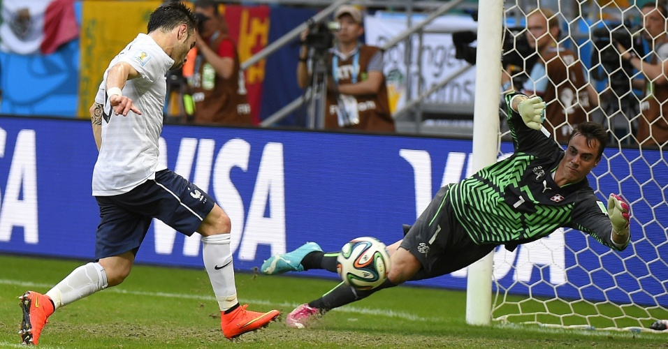 Francês Valbuena marca o terceiro gol após receber cruzamento, no final do primeiro tempo, contra a Suíça