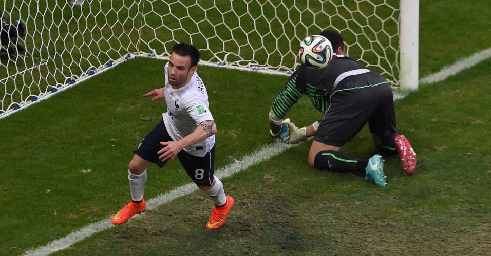 Francês Valbuena não desperdiça oportunidade e marca o terceiro da equipe contra a Suíça