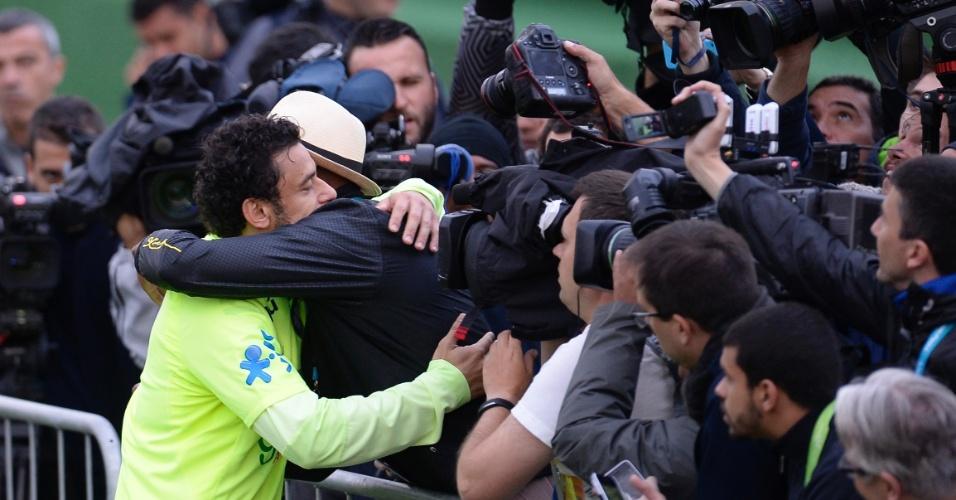Fred atende fãs durante o treinamento da seleção brasileira desta sexta-feira, na Granja Comary