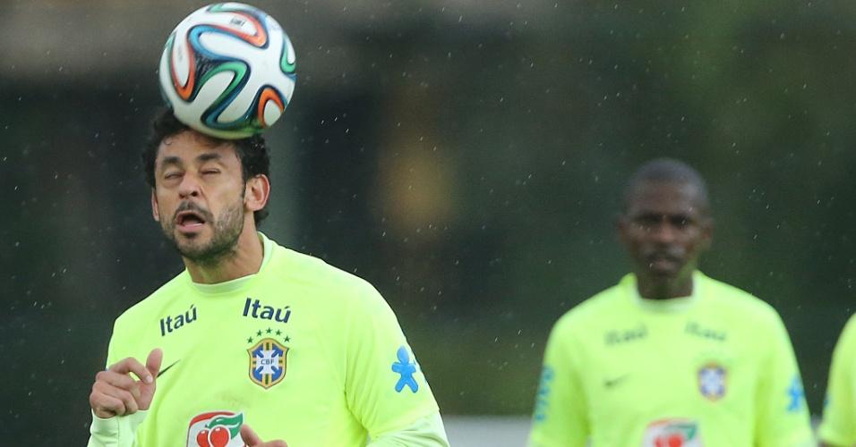 Fred cabeceia bola em treino de cruzamentos da seleção brasileiro