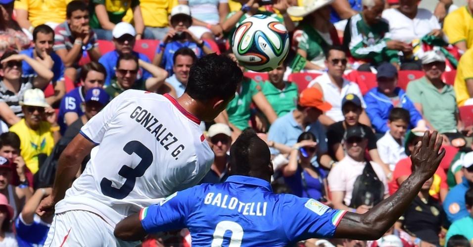 Giancarlo Gonzalez e Mario Balotelli disputam bola pelo alto durante partida entre Itália e Costa Rica