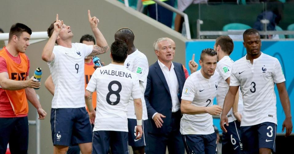 Giroud comemora com o banco de reservas da França após abrir o placar contra a Suíça, na Fonte Nova