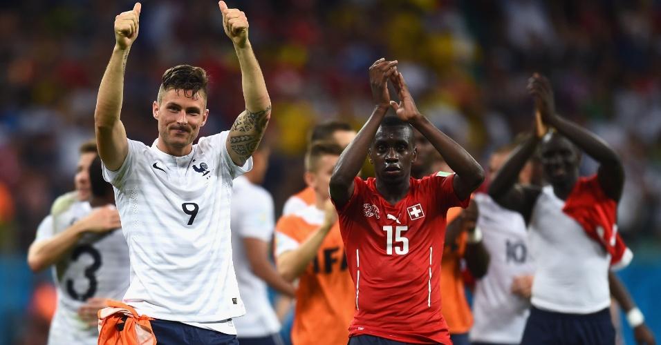 Giroud (esquerda) e Matuidi comemoram a goleada francesa sobre a Suíça na Fonte Nova