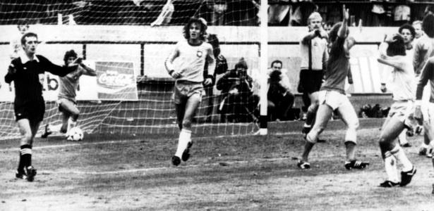 O árbitro Clive Thomas invalida o gol anotado por Zico, contra a Suécia, na Copa de 1978