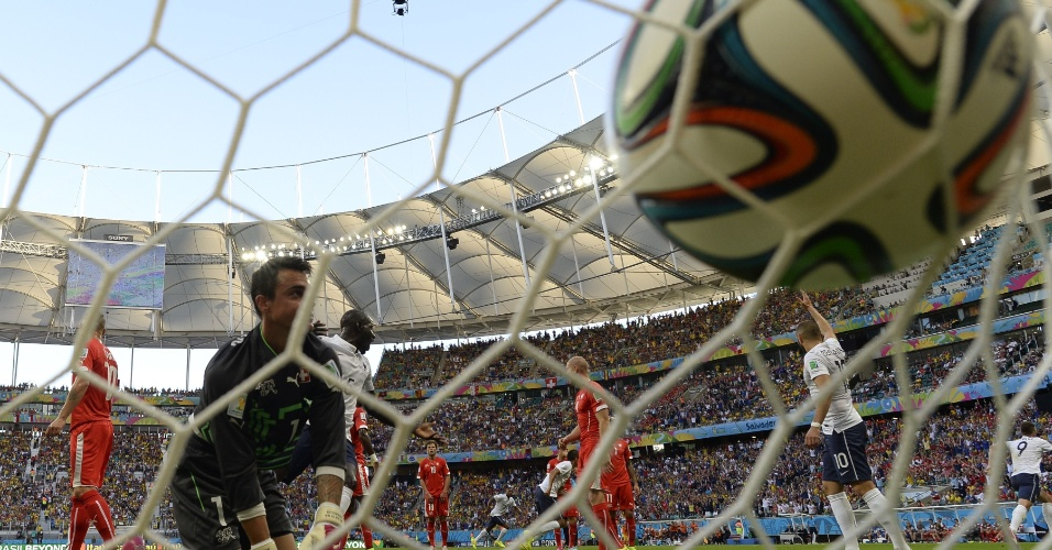 Goleiro Benaglio apenas observa a bola no fundo da rede após a França abrir o placar contra a Suíça