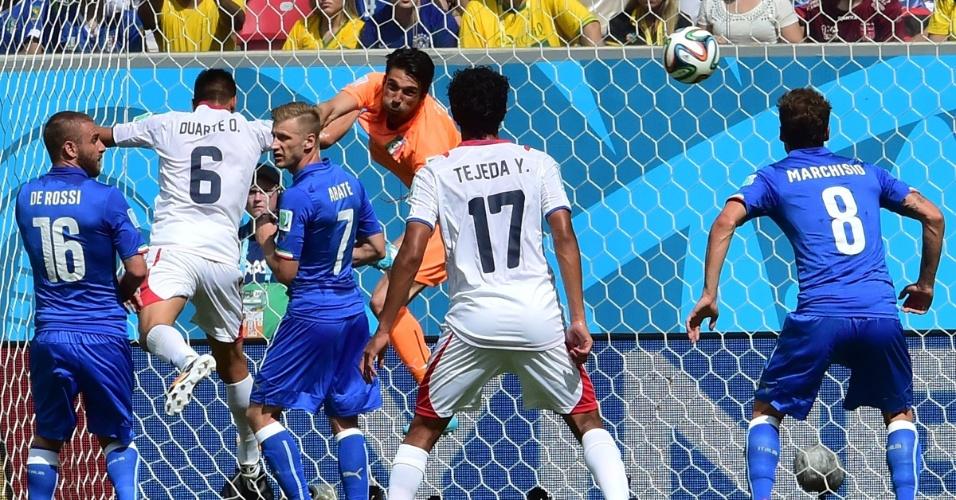 Goleiro Buffon soca a bola e afasta o perigo da área da Itália
