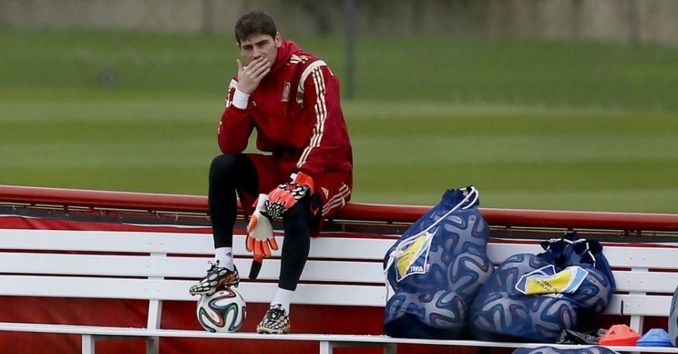 Goleiro da seleção espanhola, Iker Casillas, pensativo durante o treino, depois da eliminação precoce da Fúria