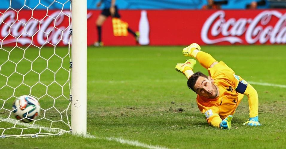 Goleiro francês não consegue defender o chute e a Suíça desconta na vitória por 5 a 2 da França