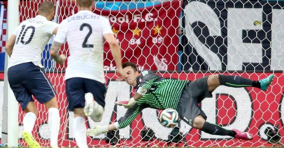 Goleiro suíço Benaglio defende cobrança de pênalti de Benzema, no primeiro tempo na Fonte Nova