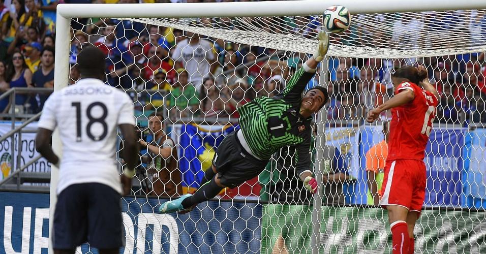 Goleiro suíço Diego Benaglio não alcança a finalização de Giroud, que abriu o placar na goleada francesa por 5 a 2