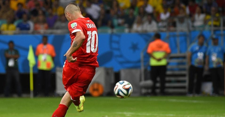 Granit Xhaka finaliza para marcar o segundo gol da Suíça na derrota por 5 a 2 contra a França