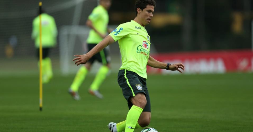 Hernanes carrega bola no treinamento da seleção brasileira desta sexta