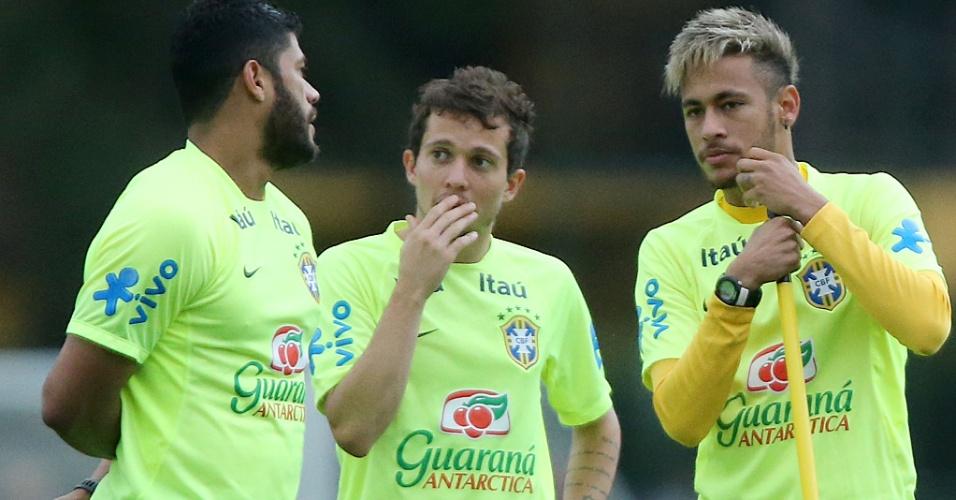 Hulk, Bernard e Neymar conversam durante o treino da seleção brasileira desta sexta-feira
