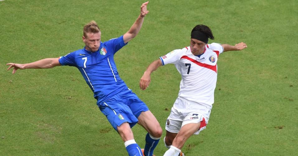 Ignazio Abate dá carrinho em Cristian Bolanos durante partida entre Itália e Costa Rica