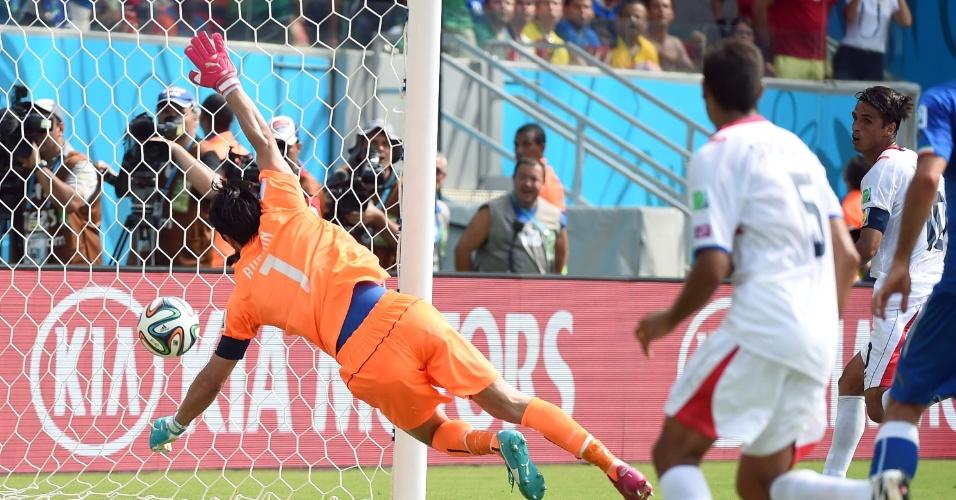 Imagem mostra bola dentro do gol após ela tocar na trave de Buffon; Costa Rica conseguiu a vitória e a classificação para as oitavas de final