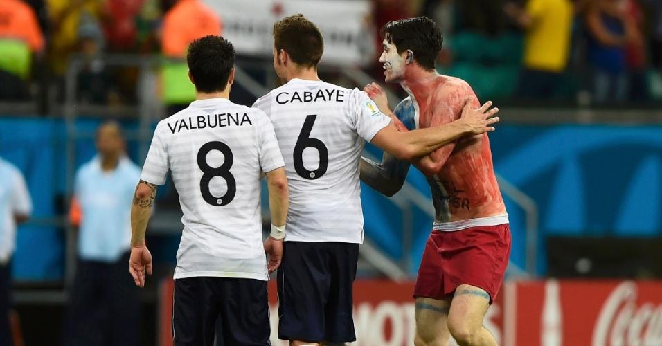 Invasor tenta se aproximar de Valbuena e Cabaye depois da vitória francesa sobre a Suíça na Fonte Nova