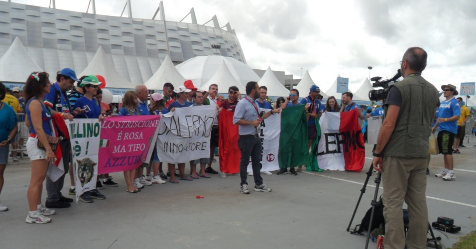 Italianos participam de entrada ao vivo de repórter na frente da Arena Pernambuco