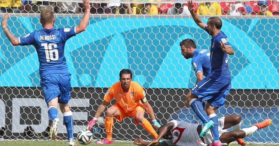 Joel Campbell é derrubado na área por Chiellini; árbitro não marcou pênalti durante partida entre Itália e Costa Rica