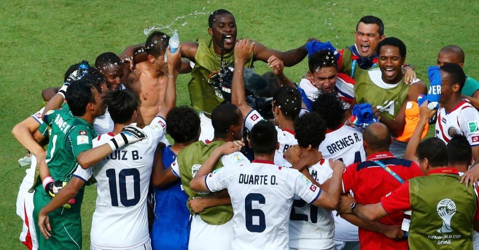 Jogadores da Costa Rica comemoram muito após o final da partida que garantiu a classificação da equipe às oitavas de final da Copa do Mundo