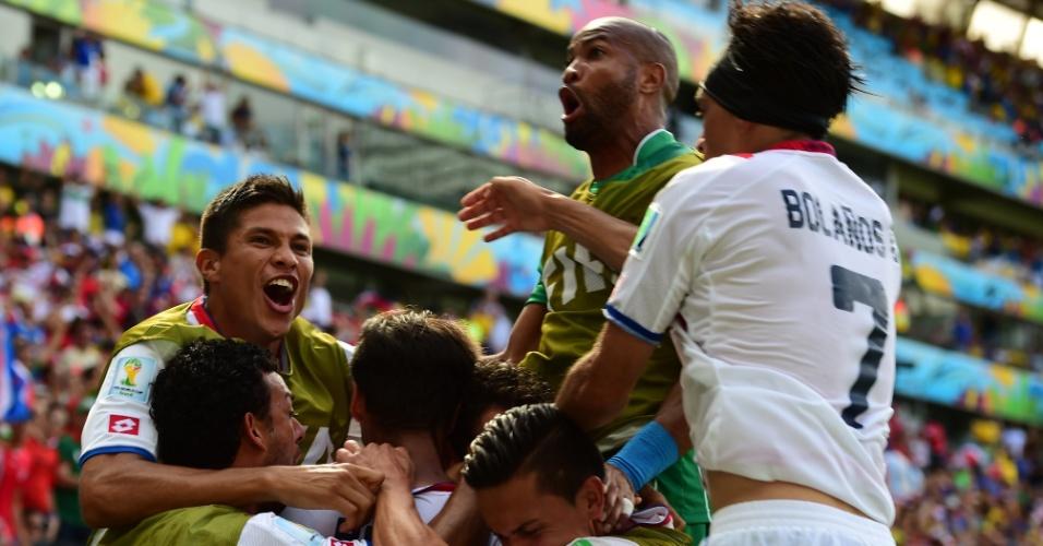 Jogadores da Costa Rica comemoram gol marcado por Bryan Ruiz