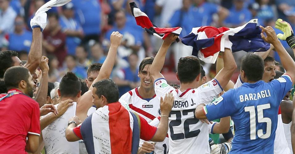 Jogadores da Costa Rica comemoram vitória sobre a Itália e a classificação atencipada às oitavas de final