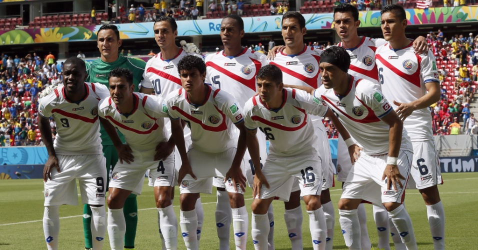 Jogadores da Costa Rica posam para foto antes do início da partida contra a Itália na Arena Pernambuco