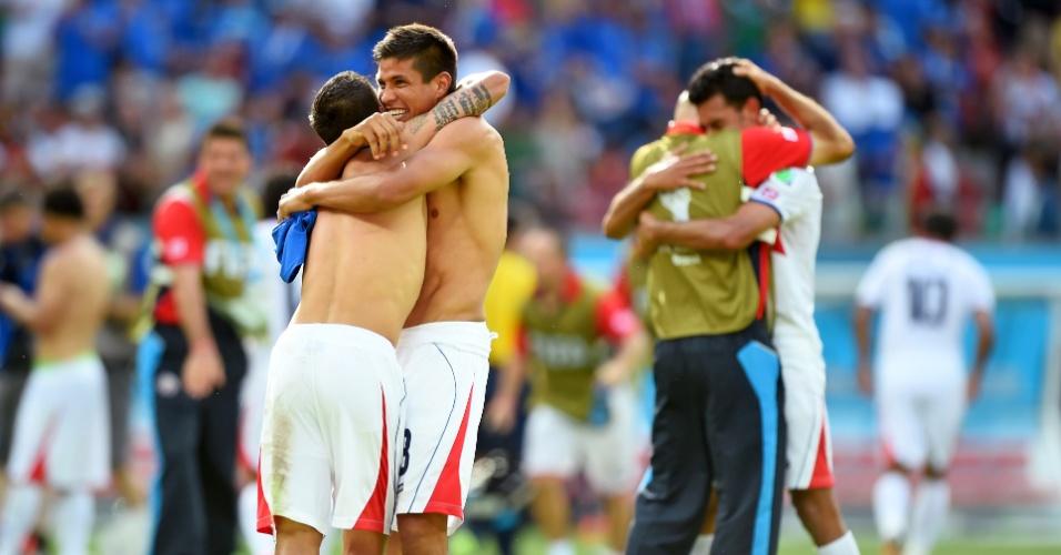 Jogadores da Costa Rica se abraçam após apito final do árbitro